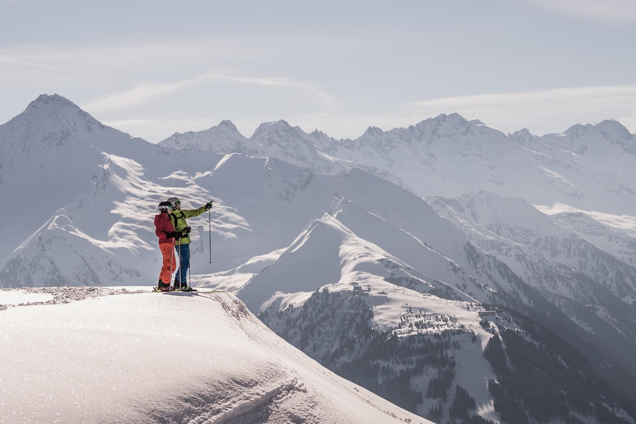 Skifahrer bestaunen das Panorama
