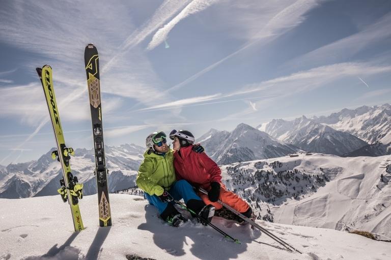 Skifahrer genießen den Ausblick im Zillertal